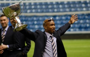 El Hadji Diouf Holding the CIS cup after the CIS cup final where Rangers won 2-1 against Celtic, par Botham1983 (Wikimedia Commons)